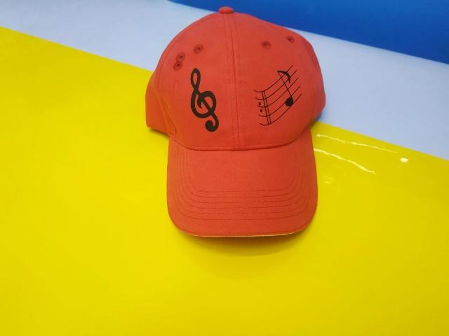 Красная кепка с печатью. Печать на кепках Киев. Скрипичный ключ на кепке. Заказать печать Украина. Печать с доставкой по Украине. Заказать печать на кепке. Купить кепку под заказ